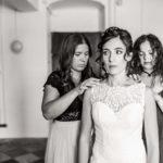 les témoins qui aident la mariée