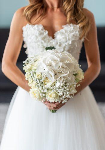 photographe préparatif bouquet roses blanches