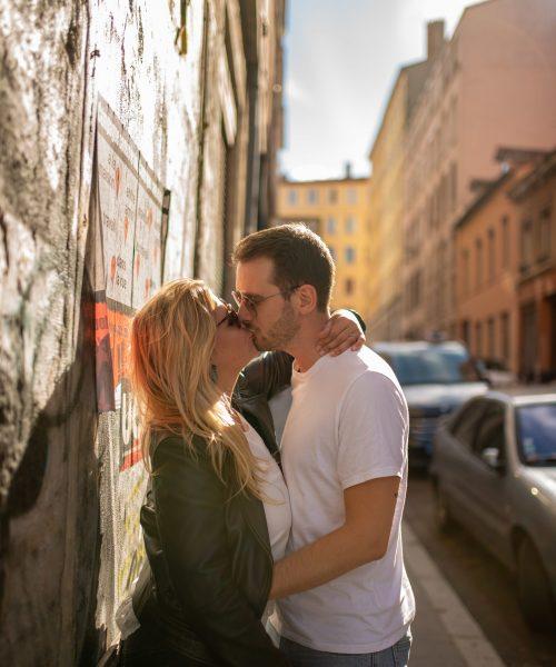 baisé romantique lors d'une séance engagement à Lyon